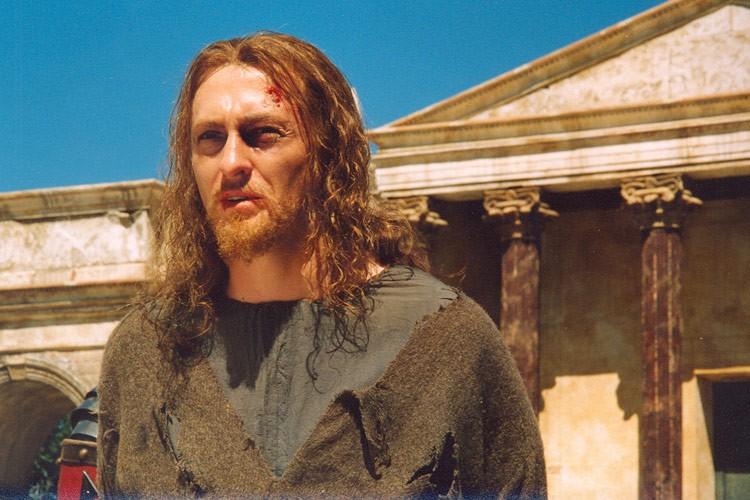 Иешуа впереди храма